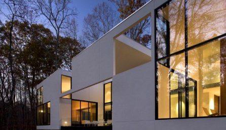 Casa modulara cu ferestre mari in padure